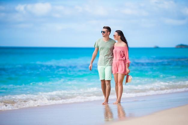 Jeune couple sur la plage blanche famille heureuse en vacances de noces