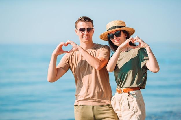 Jeune couple sur la plage blanche pendant les vacances d'été.