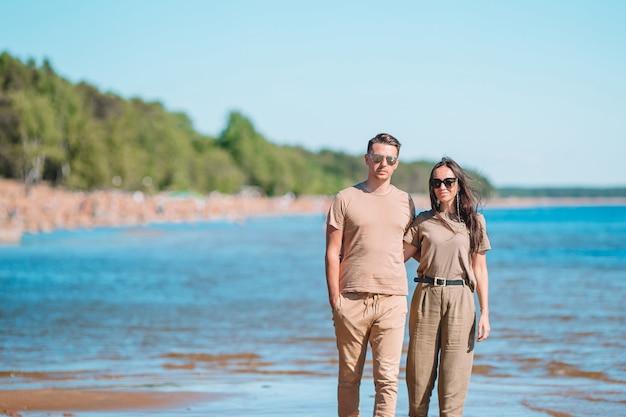 Jeune couple, sur, plage blanche, à, vacances été