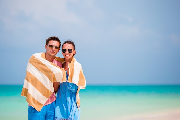 Jeune couple sur une plage blanche en vacances d'été