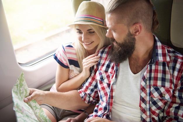 Jeune couple planifiant leur voyage
