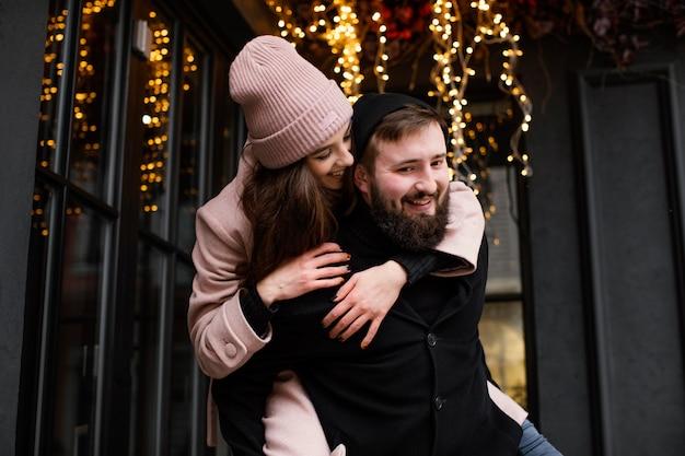 Jeune couple en plein air piggy back ride