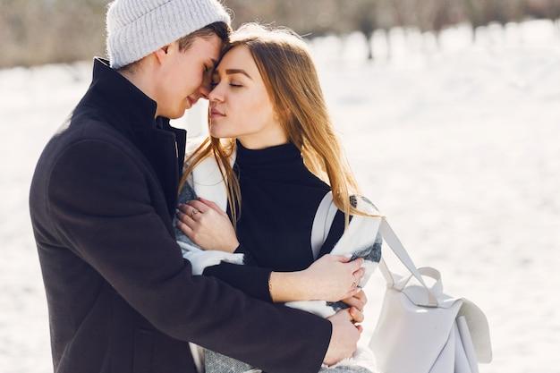 Jeune couple, porter, couverture, sur, a, champ neigeux