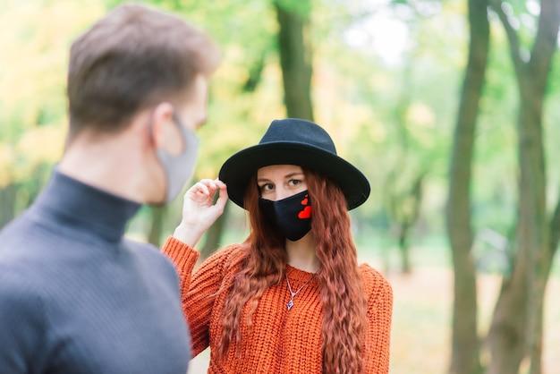 Jeune couple, porter, masques, ensemble, dans, forêt, parc
