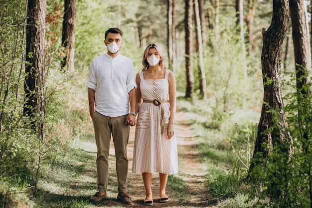 Jeune couple, porter, masques, ensemble, dans, forêt