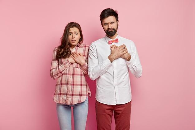 Jeune couple, porter, vêtements colorés