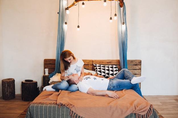Jeune couple, pose, ensemble, dans lit