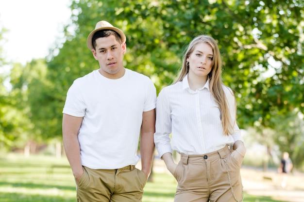 Jeune couple, poser, dans parc