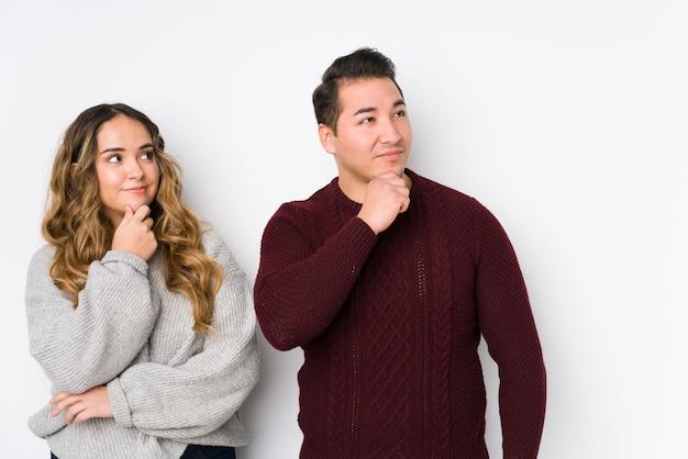 Jeune couple, poser