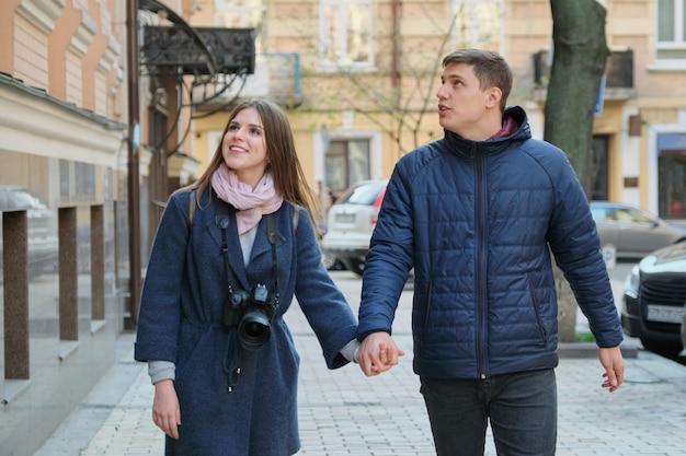 Jeune couple positif de jeunes hommes et femmes blogueur en ville