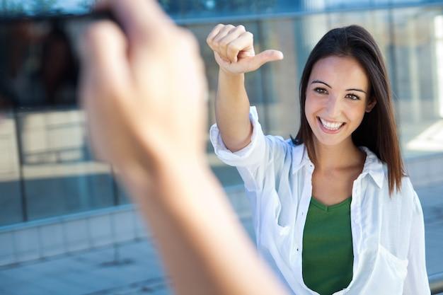 Jeune couple prenant des photos avec un mobile