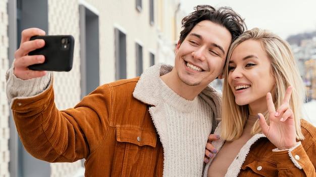 Jeune couple prenant des photos