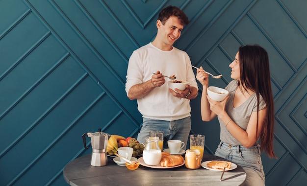 Jeune couple prenant son petit déjeuner
