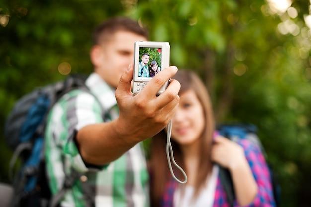 Jeune couple, prendre photo, de, eux-mêmes