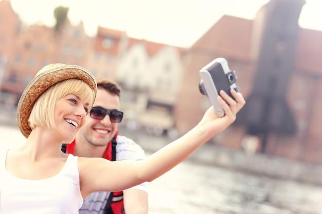 Jeune couple, prendre photos, dans, a, canoë