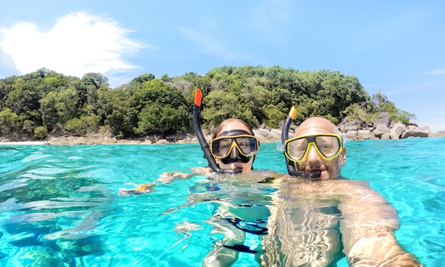 Jeune couple, prendre, selfie, dans, scénario tropical