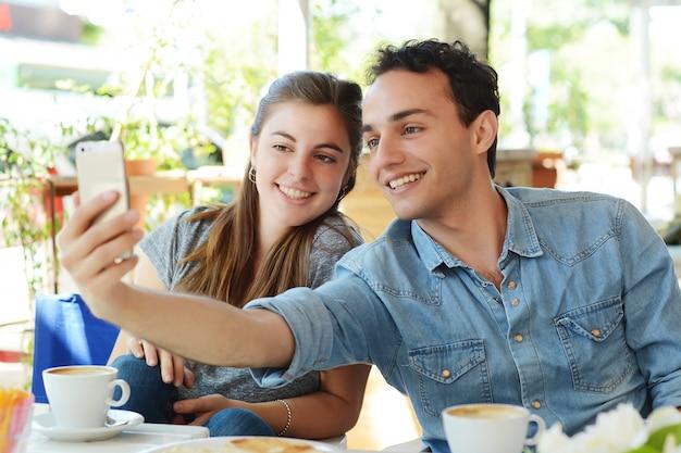 Jeune couple, prendre, selfie