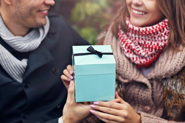 Jeune couple avec présent dans la ville
