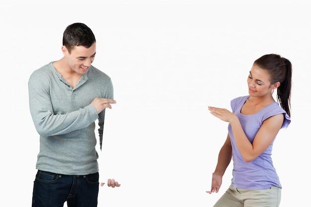 Jeune couple présentant la bannière ensemble