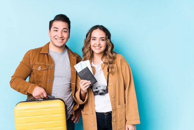 Jeune couple prêt pour un voyage isolé heureux, souriant et gai.