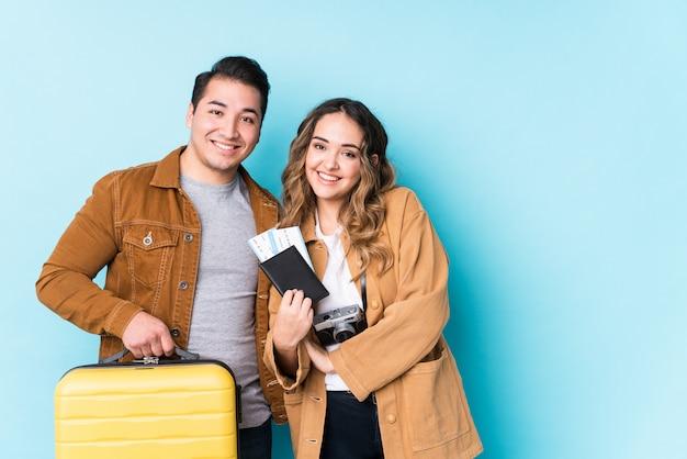 Jeune couple prêt pour un voyage isolé en riant et en s'amusant.
