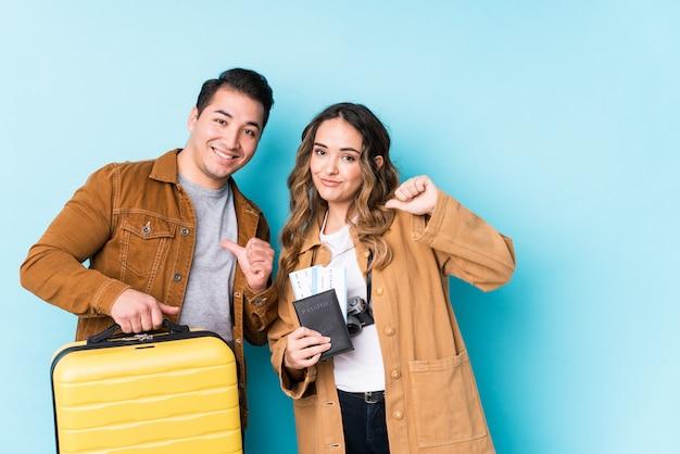 Un jeune couple prêt pour un voyage isolé se sent fier et confiant, exemple à suivre.