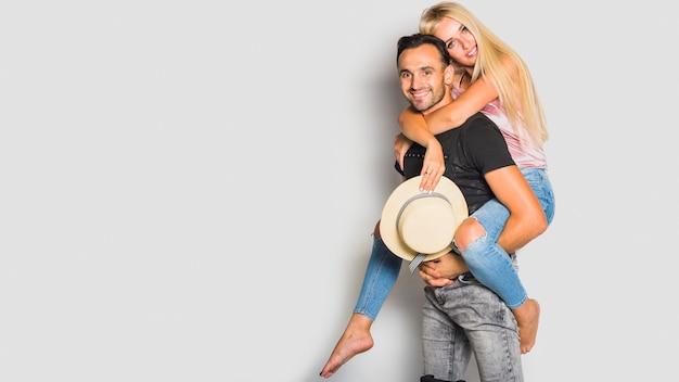Jeune couple prêt à voyager