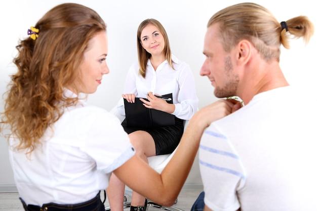 Jeune couple avec problème à la réception pour psychologue familial
