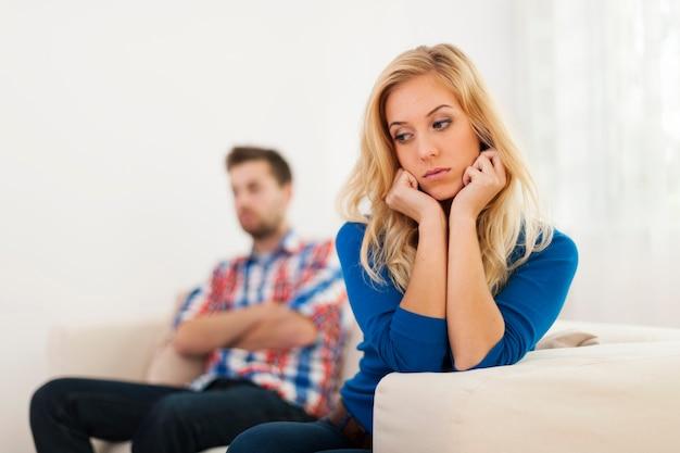 Un jeune couple a des problèmes relationnels