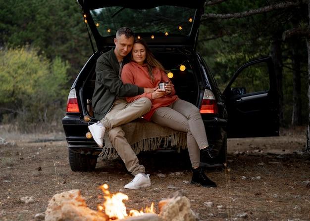 Jeune couple profitant d'un road trip