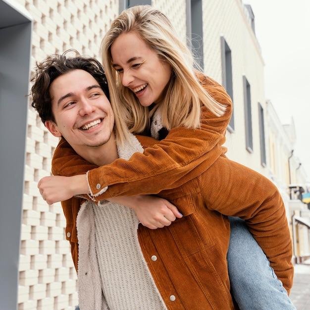 Jeune couple, profiter du temps ensemble