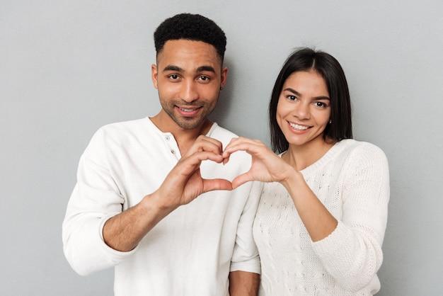 Jeune, couple, projection, coeur, mains