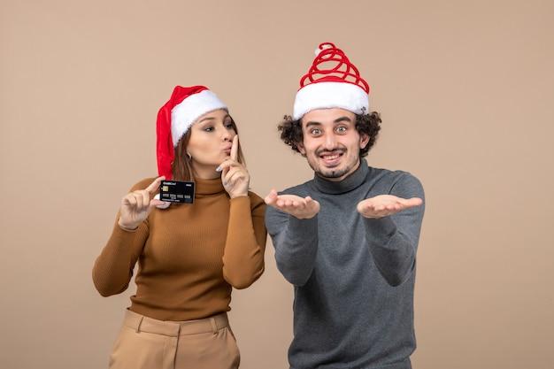 Un jeune couple qui pose en studio