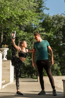 Jeune couple qui s'étend dans le parc