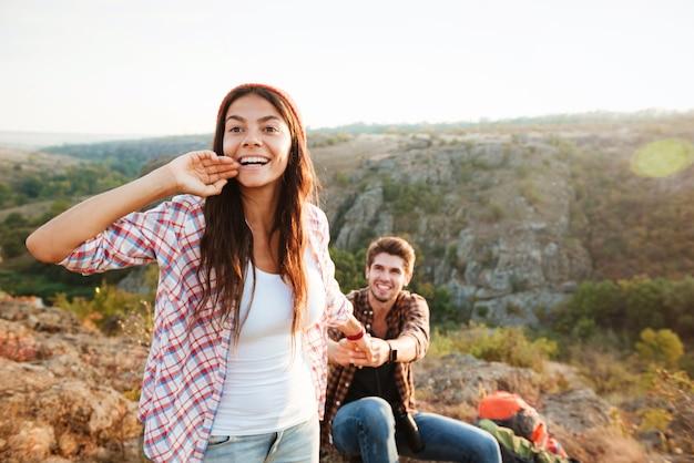 Jeune couple, randonnée, dehors
