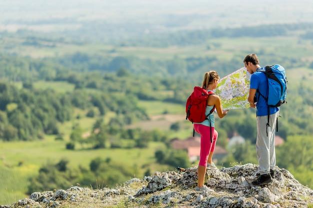 Jeune couple, randonnée, sur, les, montagne