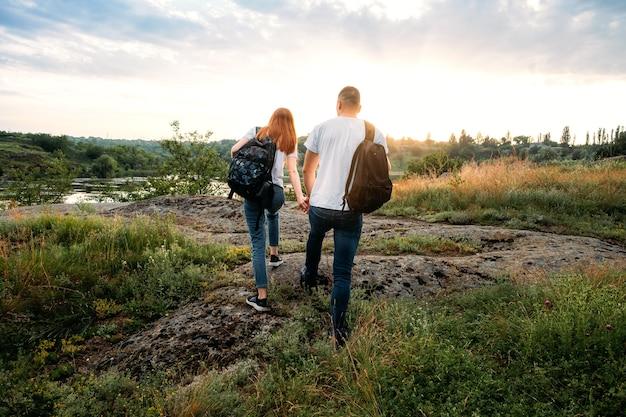 Jeune couple en randonnée, promenade dans la nature.