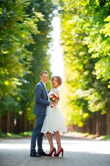 Jeune couple, récemment marié, étreindre