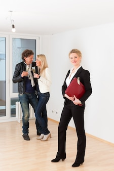Jeune couple à la recherche de biens immobiliers avec une agence immobilière