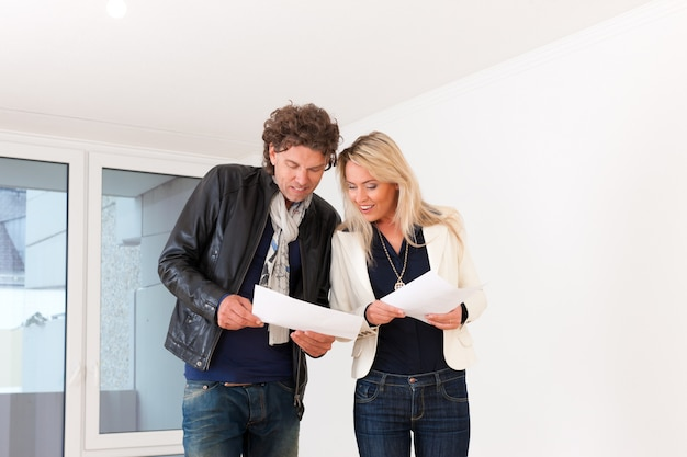 Jeune couple à la recherche de biens immobiliers