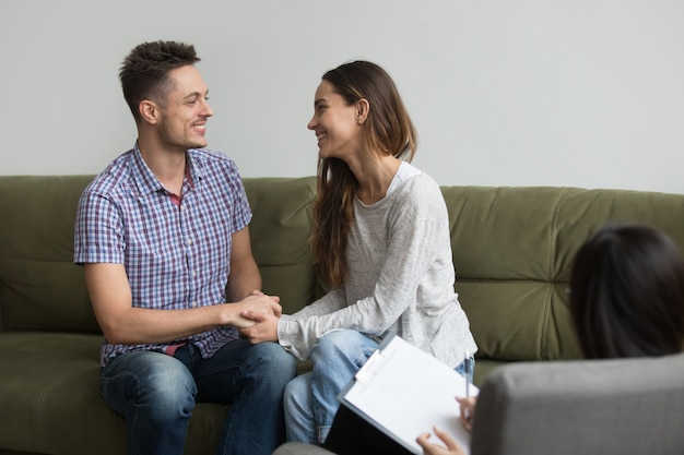 Jeune couple réconcilié après querelle