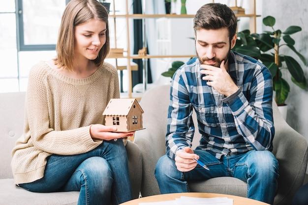 Jeune couple réfléchissant sur l'hypothèque