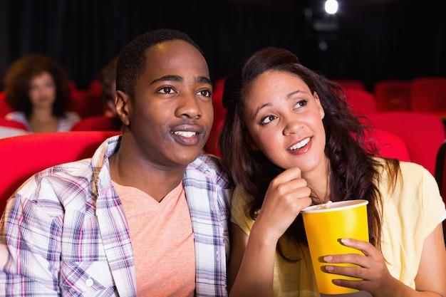 Jeune couple en regardant un film