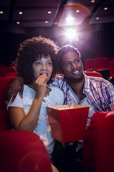 Jeune couple regardant un film