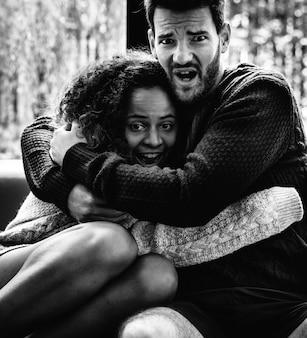 Jeune couple regarder film effrayant ensemble