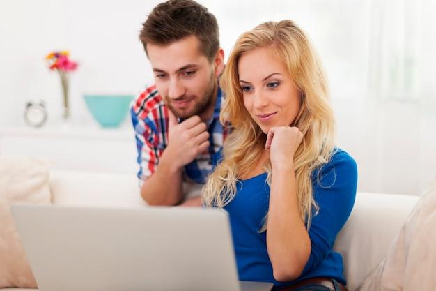 Jeune couple, regarder, quelque chose, sur, ordinateur