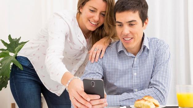 Jeune couple, regarder, téléphone portable