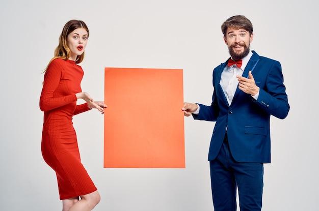 Jeune couple avec remise d'affiche de mocap rouge
