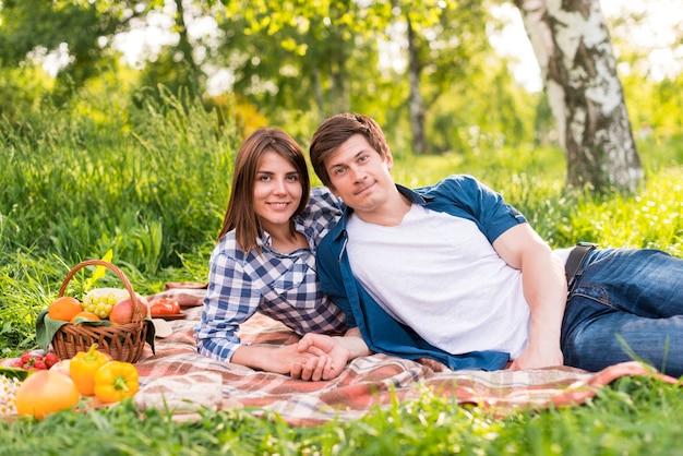 Jeune couple, reposer couverture, et, tenant mains