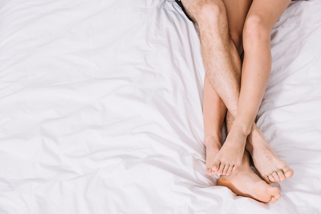 Jeune couple, reposer, lit blanc